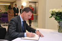 #AttentatsParis Mark Rutte signe le registre de condoléances